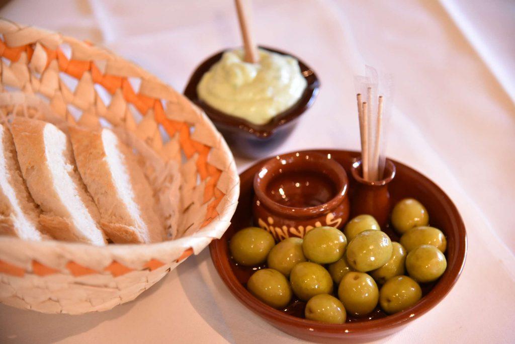 Aioli mit Oliven und Baguette