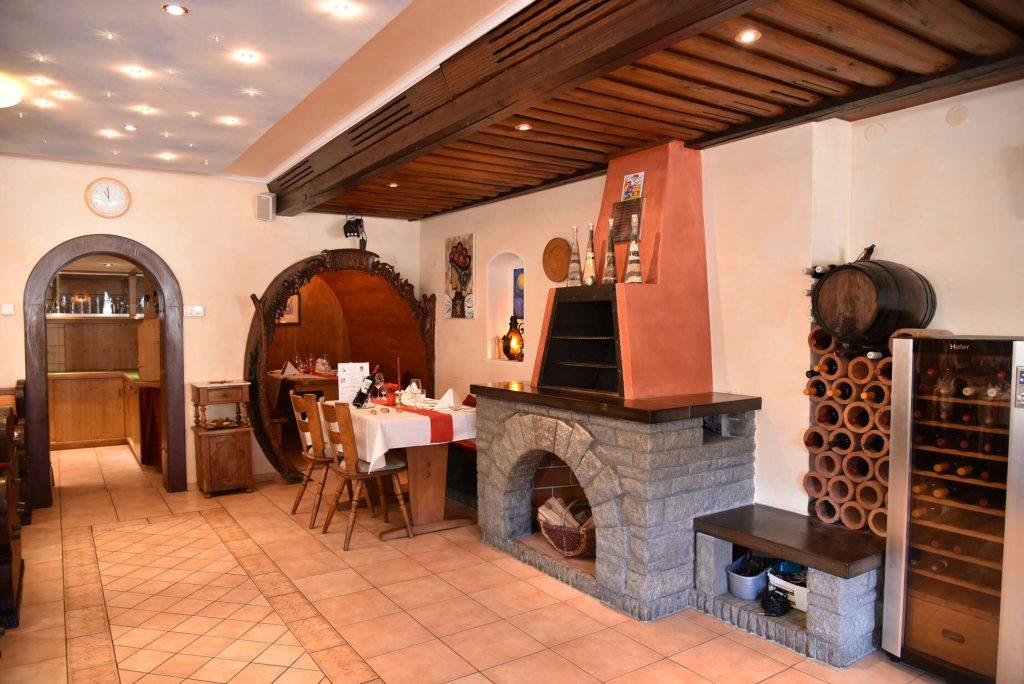 Gastraum mit Kamin