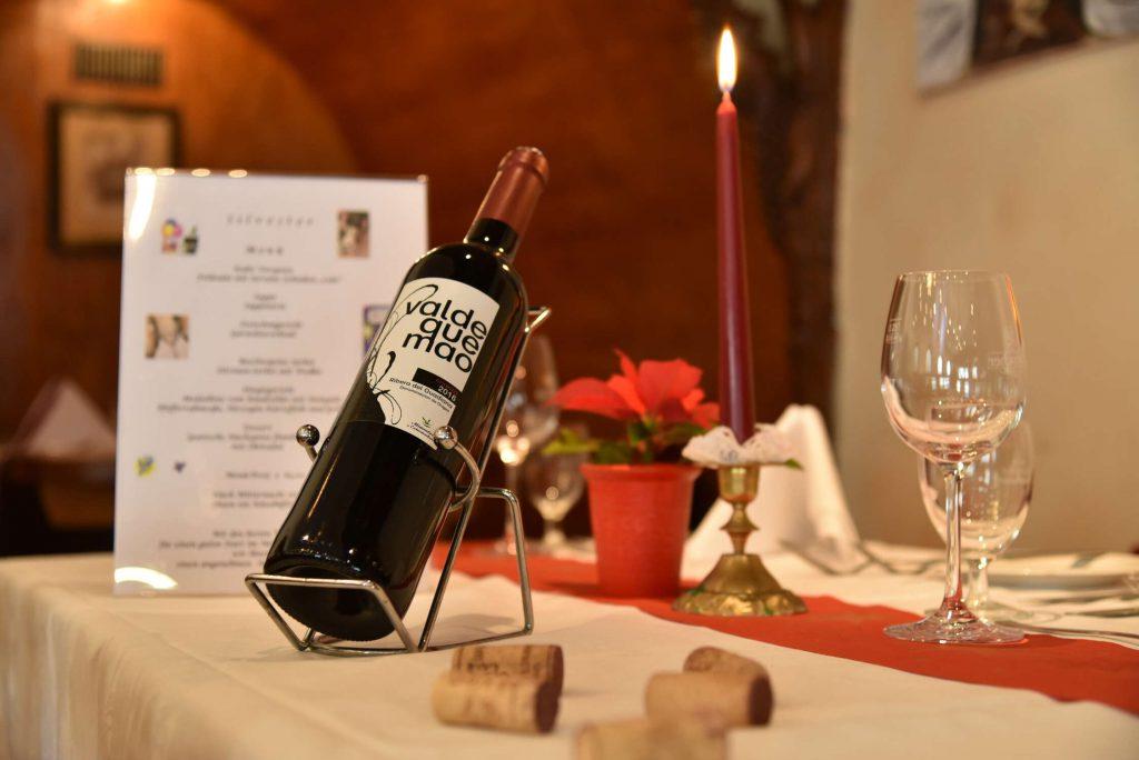 Weinflasche und Kerze